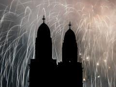 Das Grossmünster in Zürich mit dem traditionellen Feuerwerk zum neuen Jahr. (Bild: KEYSTONE/ENNIO LEANZA)