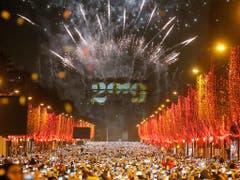In Paris gab es ein Feuerwerkspektakel zur Begrüssung des neuen Jahres. (Bild: KEYSTONE/AP/MICHEL EULER)