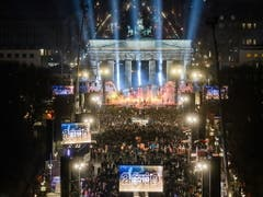 Hunderttausende feierten eine Mega-Silvesterparty in Berlin am Brandenburger Tor. (Bild: KEYSTONE/EPA/CLEMENS BILAN)
