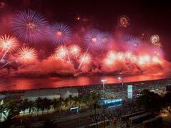 In Rio de Janeiro verfolgten Tausende ein Feuerwerksspektakel zu Silvester an der berühmten Copacabana. (Bild: KEYSTONE/AP/LEO CORREA)