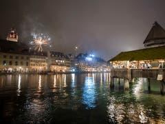 In Luzern gibt es erst später ein grösseres Feuerwerk - dennoch begrüssten in der Nacht auf Dienstag bereits Tausende in der Innenstadt das Jahr 2019. (Bild: KEYSTONE/EPA KEYSTONE/URS FLUEELER)