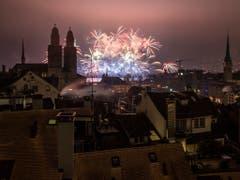 Grosses Feuerwerksspektakel in Zürich zur Begrüssung des neuen Jahres. (Bild: KEYSTONE/ENNIO LEANZA)
