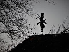 So ein Schornsteinfeger auf dem Dach kann im 2019 nur ganz viel Glück bedeuten. (Bild: Margrith Imhof-Röthlin (Adligenswil, 1. Januar 2019)