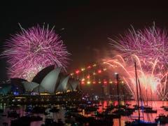 Rekordmenge an Pyrotechnik: Feuerwerk über Sydneys Opera House und Harbour Bridge. (Bild: KEYSTONE/AAP/BRENDAN ESPOSITO)