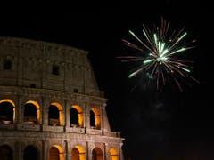 In Rom gab es in der Neujahrsnacht ein Feuerwerk über dem Kolosseum. (Bild: KEYSTONE/AP/ANDREW MEDICHINI)