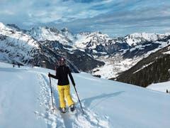 Beim Schneeschuhwandern lässt sich die Stille der Winterlandschaft sportlich erleben. (Bild: Nadja Sommer)