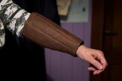 82-jährige Bürerin Martha Odermatt aus Büren näht für Guuggenleute Kleider. Bild: Corinne Glanzmann (Büren, 09. Januar 2019)