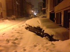 An der Metallstrasse in der Lachen versinken parkierte Autos langsam im Schnee. (Bild: Reto Voneschen - 10. Januar 2019)