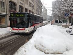 Angesichts von Schneehaufen und Pflutsch würden wir dorthin auch am liebsten fahren - an die Sonne. Die Linie 9 fährt vom Hauptbahnhof nach Rotmonten, also nicht hoch genug hinauf, dass man die Sonne sehen könnte. (Bild: Reto Voneschen - 10. Januar 2019)