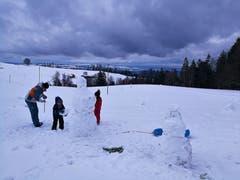 Am Nachmittag war Schneemann bauen mit den Kindern angesagt. (Bild: Urs Gutfleisch (Holderchäppeli, 9. Januar 2019))