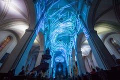 Die Lichtprojektion «Genesis» des Zürcher Künstlerkolektiv Projektil in der Hofkirche. (Bild: Urs Flüeler / Keystone (Luzern, 9. Januar 2019))