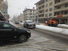 Das Zentrum des Lachen-Quartiers an der Zürcher Strasse mit Autos und Schneefräse. (Bild: Reto Voneschen - 10. Januar 2019)