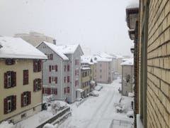 Die Metallstrasse am Donnerstagmorgen: Schnee soweit das Auge reicht. (Bild: Reto Voneschen - 10. Januar 2019)