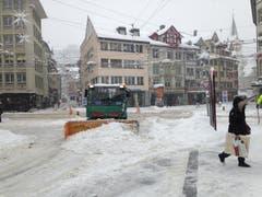 Schneepflug auf dem Marktplatz. (Bild: Reto Voneschen - 10. Januar 2019)