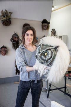 Petra Büchli präsentiert eine Eulenmaske.