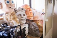 Lustige und «gfürchige» Masken im Atelier von Petra Büchli.