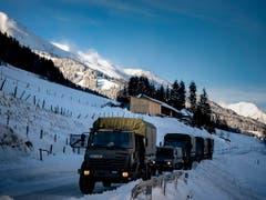 Armeefahrzeuge auf einer geschlossenen Strasse bei Hohentauern. Der Schnee setzt vielen Gegenden in Europa stark zu. (Bild: KEYSTONE/EPA/CHRISTIAN BRUNA)