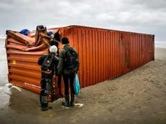 Die Bergung der Container, welche die «MSC Zoe» verloren hat, verzögert sich. (Bild: KEYSTONE/EPA ANP/REMKO DE WAAL)