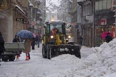 Schneeräumung während des Abendverkaufs in der St.Galler Multergasse. (Leserbild: Ingrid Zürcher - 10. Januar 2019)