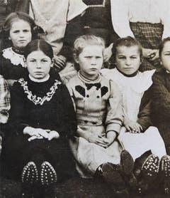 Die Jubilarin (Mitte) auf einem Schulfoto von 1916. (Bild: Hans-Peter Breiter)