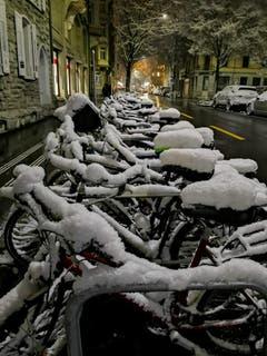Die Velos in der Stadt sind warm eingepackt. (Bild: Brigitta Suter, 10. Januar 2019)