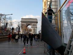 Die Dauerpräsenz der Gelbwesten färbt zunehmend auf den Tourismus in Paris ab. Wegen der Unruhen kommen derzeit weniger Gäste in die französische Hauptstadt. (Bild: KEYSTONE/AP/FRANCOIS MORI)