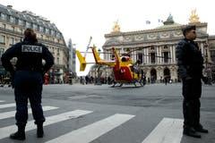 Der Helikopter landet, um die Verletzten zu versorgen. (Bild: EPA/YOAN VALAT)