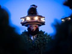 Wegen des wechselhaften Wetters wählten einige Chläuse für den diesjährigen alten Silvester Kostüme aus Tannenzweigen. (Bild: KEYSTONE/GIAN EHRENZELLER)
