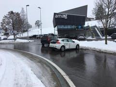 Neuheim - 12. JanuarWeil eine Autofahrerin im Kreisverkehr den Vortritt missachtete, kollidierte sie mit einem anderen Fahrzeug. Verletzt wurde niemand. (Bild: Strafverfolgungsbehörden Zug)
