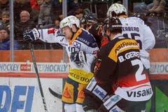 Das Spiel wurde rau geführt, Bandenkämpfe wie dieser waren keine Seltenheit. (Bild: Marc Schumacher/freshfocus (Bern, 12.01.2019))