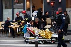Diese Person wird versorgt. (AP Photo/Thibault Camus)