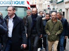 Premierminister Édouard Philippe (Mitte) begab sich in Paris zum Unglücksort. (Bild: KEYSTONE/AP/THIBAULT CAMUS)