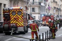 Feuerwehrleute löschen das Feuer. (Bild: AP Photo/Kamil Zihnioglu)