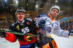 Es wurde mit harten Bandagen gekämpft - hier Berns Andersson und Zugs Morant. (Bild: Marc Schumacher/freshfocus (Bern, 12.01.2019))