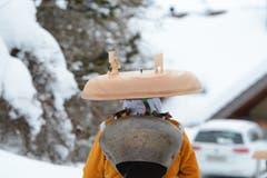 Silvesterchlaus des Waisenhusschuppels Urnäsch mit der wetterfesten Variante eines Hutes.