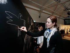 Barbara Fischer (vorne) und Manuela Robbiani verewigen sich mit Höhlenmalerei. (Bild: Stefan Kaiser (Zug, 13. Januar 2019))