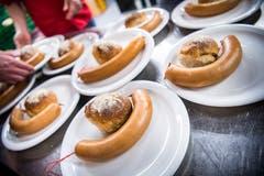In der Mehrzweckhalle Weitsicht in Märstetten fand der traditionelle Hiläri statt. Zu essen gibt es eine Salziss mit Brot. (Bild: Andrea Stalder)
