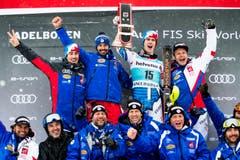 Der Franzose Clement Noel feiert zusammen mit seinen Teamkollegen seinen zweiten Platz. (Bild: Keystone/Jean-Christophe Bott (13. Januar 2019))