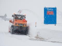 In Hospental in Uri wird auf Hochtouren Schnee geräumt. (Bild: KEYSTONE/URS FLUEELER)