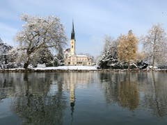 Winterstimmung: Die Chamer Kirche und die Villa Villette. (Bild: Franziska Stähli (Cham, 11. Januar 2019))