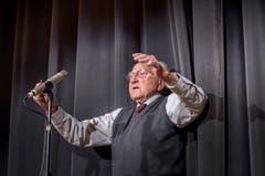 In der Mehrzweckhalle Weitsicht in Märstetten fand der traditionelle Hiläri statt. Der 95-jährige Eugen Alder stimmt das Hilärilied an. (Bild: Andrea Stalder)