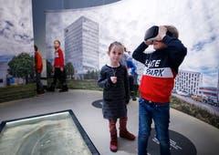 Mira Mätzler und Simon Brändli schauen mit der VR-Brille in die Vergangenheit. (Bild: Stefan Kaiser (Zug, 13. Januar 2019))