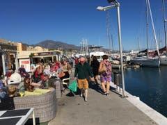 Am Sonntag herrschte in Fuengirola und wohl überall an der Costa del Sol ein emsiges Treiben. Viele Einheimische und Touristen genossen es am Ufer des Mittelmeers. (Bild: Daniel Wyrsch (13. Januar 2019))