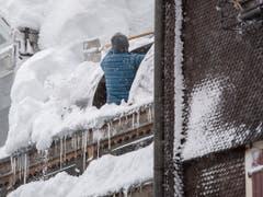 Die Schneeräumungsarbeiten während den heftigen Schneefällen laufen am Montag, 14. Januar 2019, in Göschenen im Kanton Uri auf Hochtouren. (Bild: KEYSTONE/URS FLUEELER)