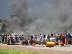 Die Proteste wegen Benzinpreiserhöhungen sind am Montag in Simbabwe eskaliert. (Bild: KEYSTONE/EPA/AARON UFUMELI)