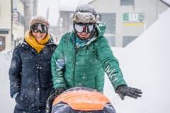 Touristen spazieren in Skibrillen. (Bild: Nadia Schärli (Andermatt, 14. Januar 2019))