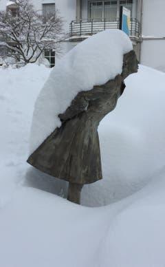 Wird die Schneelast zu gross? Verschneite Brunnenfigur auf der Verzweigung Gatter- und Guisanstrasse neben der Universität. (Bild: Albert Rutz - 14. Januar 2019)