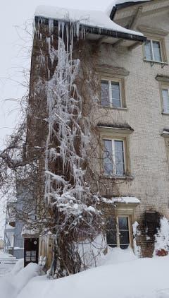 Eiszapfen schmücken ein Haus in Speicher AR. (Bild: Nicole Germann)