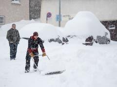 Die Schneeräumungsarbeiten laufen in Hospental UR auf Hochtouren. (Bild: KEYSTONE/URS FLUEELER)
