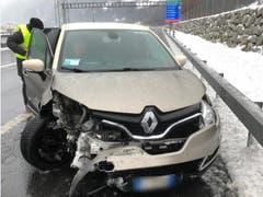 Schattdorf - 13. JanuarEin Auto krachte in die Leitplanke und kollidierte anschliessend mit einem anderen Auto. Verletzt wurde niemand. (Bild: Kantonspolizei Uri)
